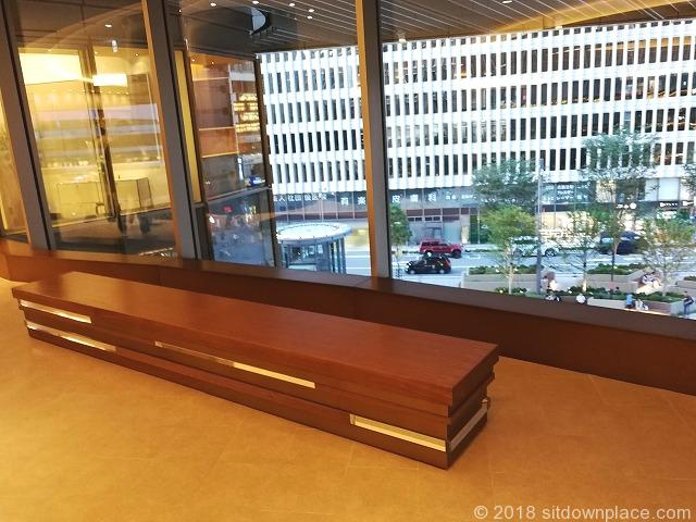 東京ミッドタウン日比谷2F,3Fアトリウムの座れる休憩場所
