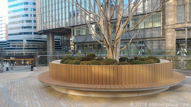 東京ミッドタウン日比谷ステップ広場の木製ベンチ