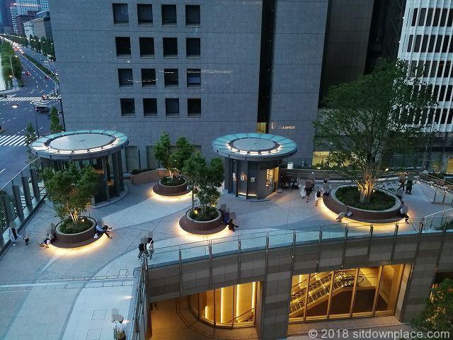 東京ミッドタウン日比谷ステップ広場の座れる休憩場所