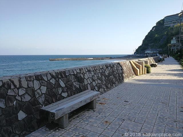 伊豆熱川駅熱川ビーチのベンチ外観