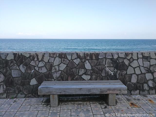 伊豆熱川駅熱川ビーチのベンチと背景に海