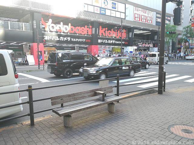 吉祥寺駅ヨドバシカメラ前のベンチ