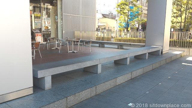 北千住駅東口イタリアントマト前のベンチ