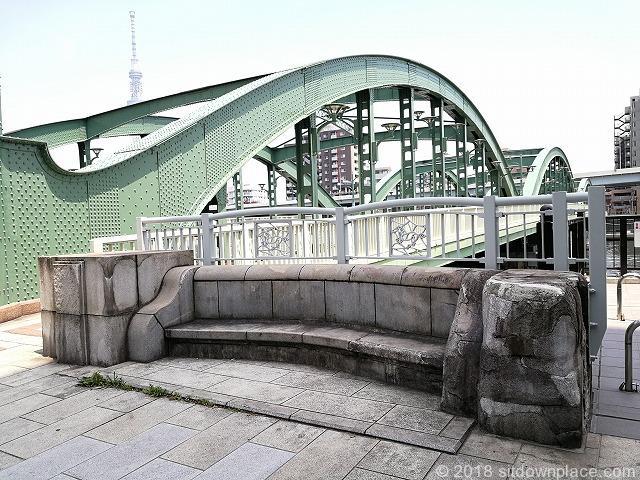 厩橋の石材ベンチ蔵前橋側