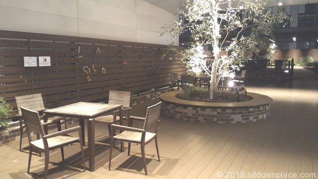 マークイズ5Fみんなの庭の座れる休憩場所
