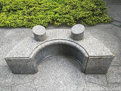 都道府県会館横の3人掛けベンチ