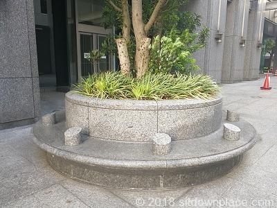 都道府県会館横の8人掛けベンチ