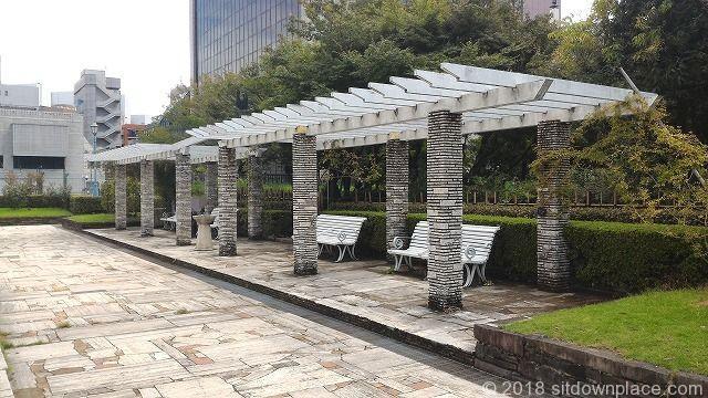 本郷給水所公苑の和風庭園側のお洒落なベンチ