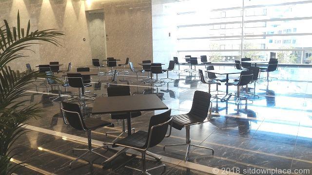 品川インターシティニコンミュージアム前のテーブル