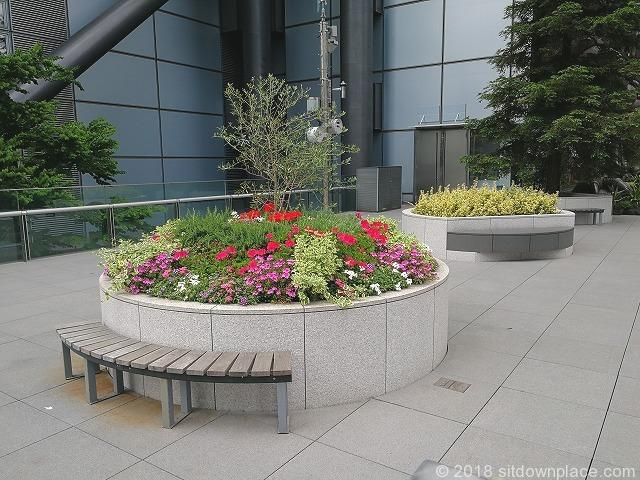 宮崎駿デザインの日テレ大時計付近の花壇周りの木製ベンチ