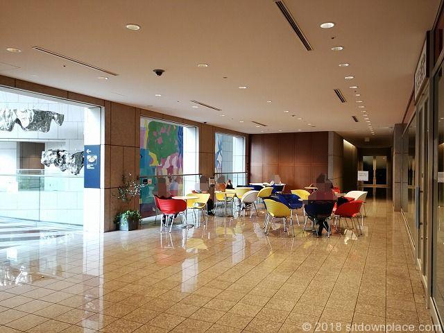 汐留シティセンター2Fアトリウム付近のテーブル席
