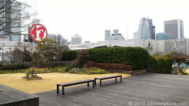 新宿伊勢丹屋上のベンチ