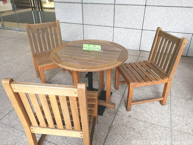 立川伊勢丹1F高島屋側出入口の木製テーブル席