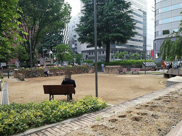 立川北口公園の木製ベンチ