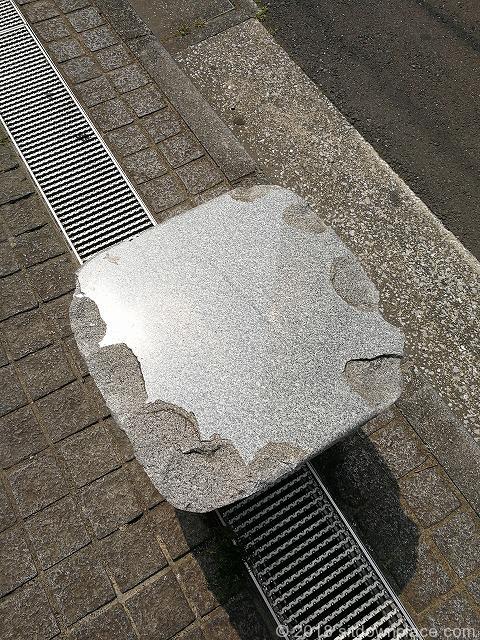 立川センタービル周辺の石材ベンチ