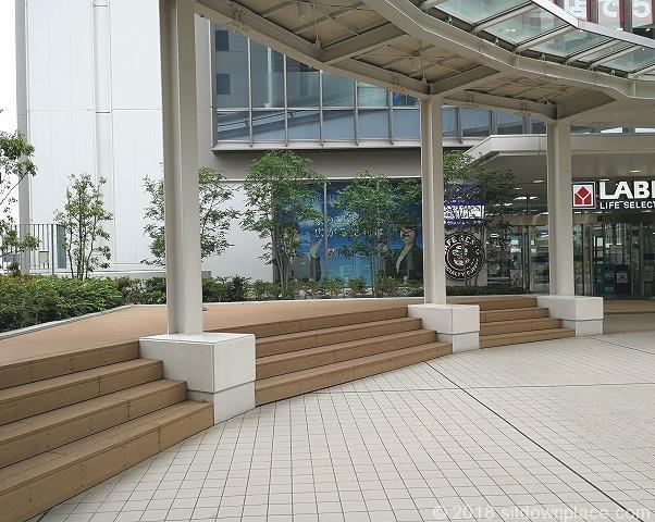 立川タクロス広場の座れる場所の壇上
