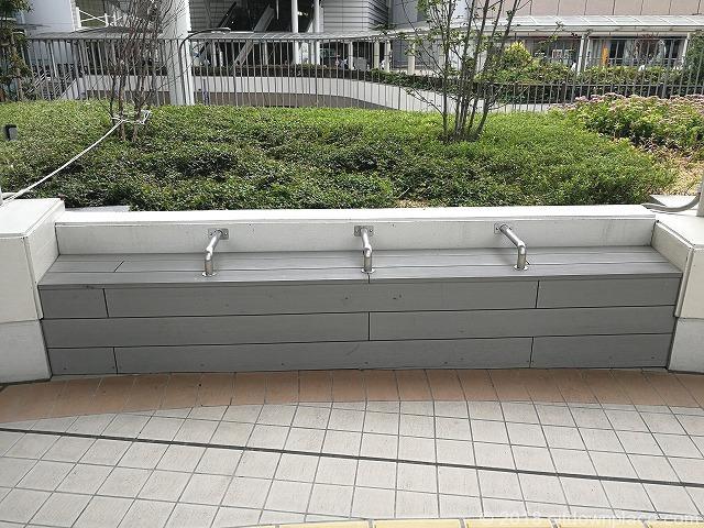 立川タクロス広場の座れる場所