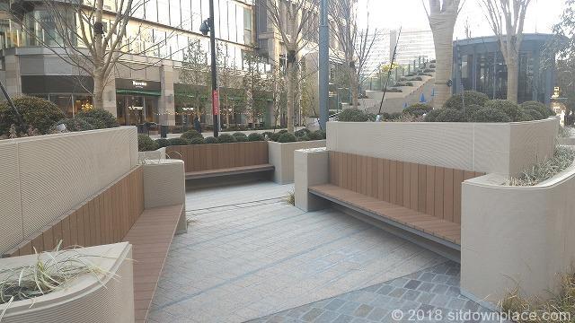 東京ミッドタウン日比谷前広場の木製ベンチ