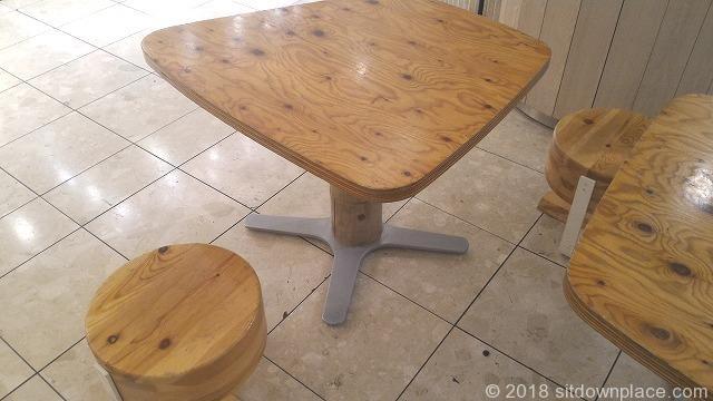 四ツ谷アトレ1F成城石井前のテーブル席