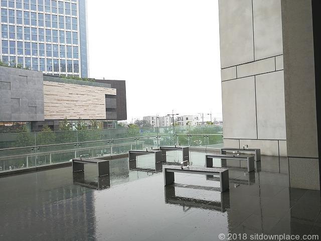 二子玉川ライズリバーフロント2Fリボンストリート側の座れる休憩場所