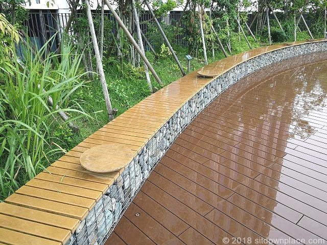 二子玉川ライズルーフガーデン5F原っぱ広場のミニテーブル付きベンチ