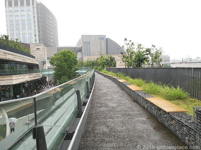 二子玉川ライズルーフガーデン3F菜園広場の座れる休憩場所