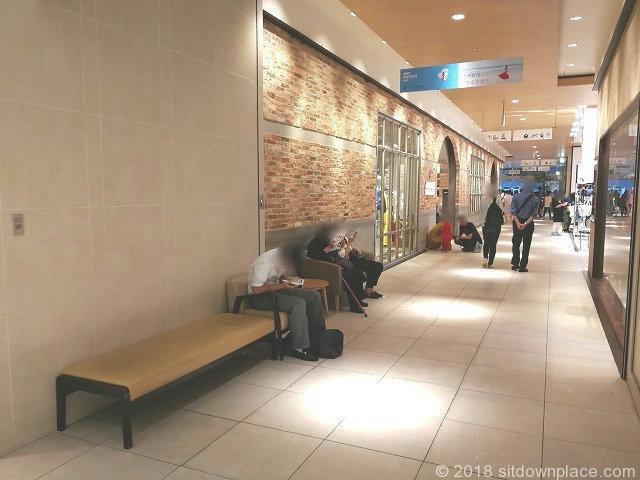 二子玉川ライズタウンフロント1F オークモール側出入口付近の座れる休憩場所