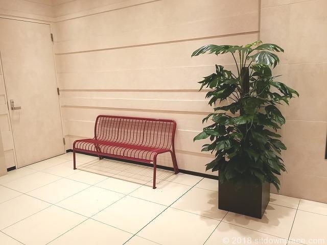 二子玉川ライズタウンフロント中央エレベーター前の赤色のメッシュベンチ