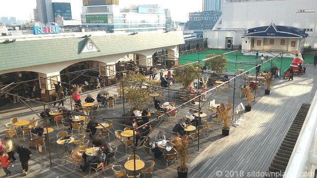 池袋東武スカイデッキ広場の座れる休憩場所