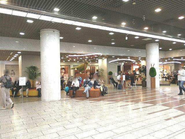 川崎駅アゼリアハミングガーデンの座れる休憩場所