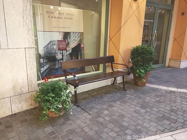 ラチッタデッラマジョーレ2F回廊の休憩場所のベンチ