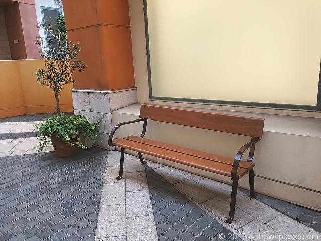 ラチッタデッラマジョーレ2F回廊のメインストリートのベンチ詳細