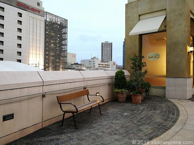 ラチッタデッラマジョーレ3F回廊のベンチ2