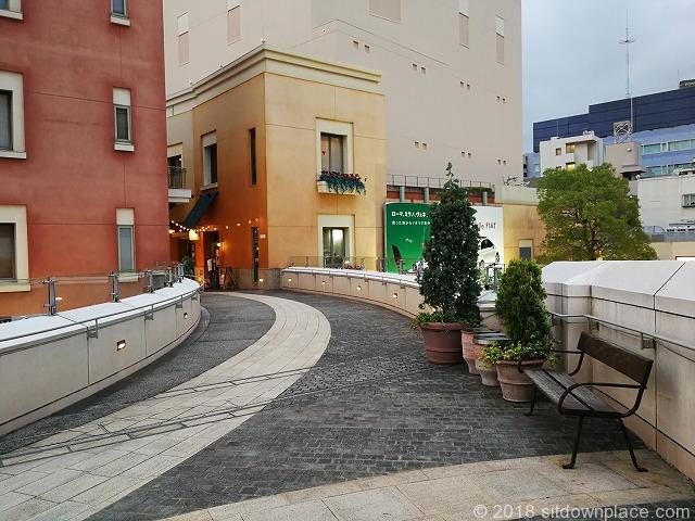ラチッタデッラマジョーレ3F回廊のビバーチェ側から見た休憩場所