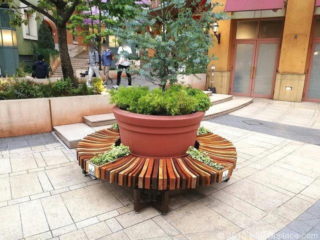 川崎ラチッタデッラのチネチッタ通りの円形ベンチ詳細
