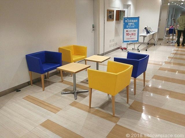 吉祥寺キラリナB1Fダイソー連絡通路のテーブル席