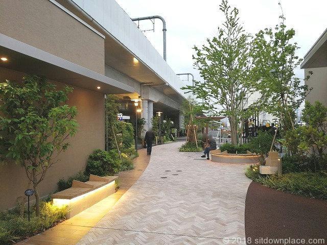 武蔵小金井駅ムサコガーデンののみちの公園側ベンチ