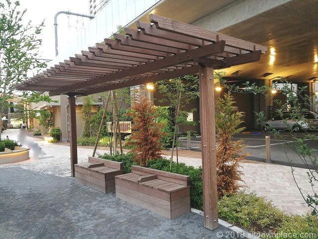 武蔵小金井駅ムサコガーデンにあるむさこぷらっと公園のベンチ