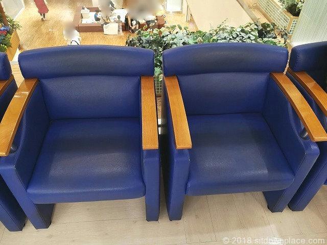 アトレ4Fユニクロ前のソファ席