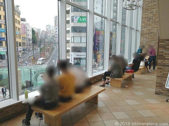 大塚駅アトレヴィ2Fのガラス窓側ベンチ