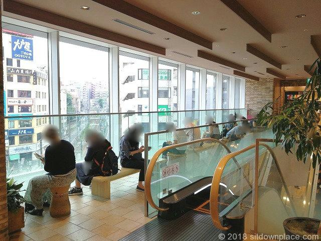 大塚駅アトレヴィ4Fのガラス窓側ベンチ