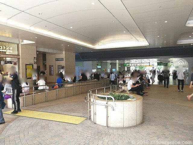 大塚駅前コンコースアトレ前の座れる休憩場所