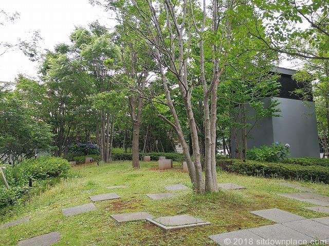 タワーレジデンス大塚の公開空地の座れる休憩場所