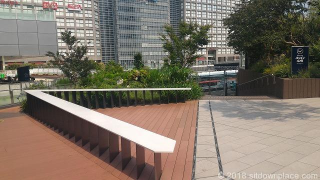 新南改札正面Suicaのペンギン広場の座れる休憩場所