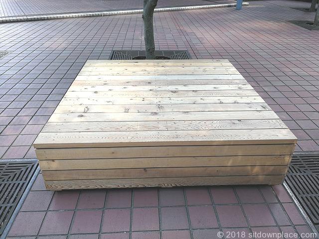 新宿センタービルの木製平型ベンチ