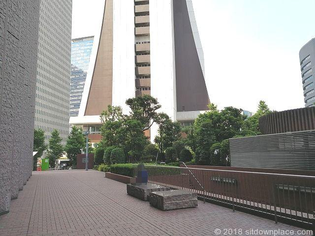 新宿センタービルの石材ベンチ