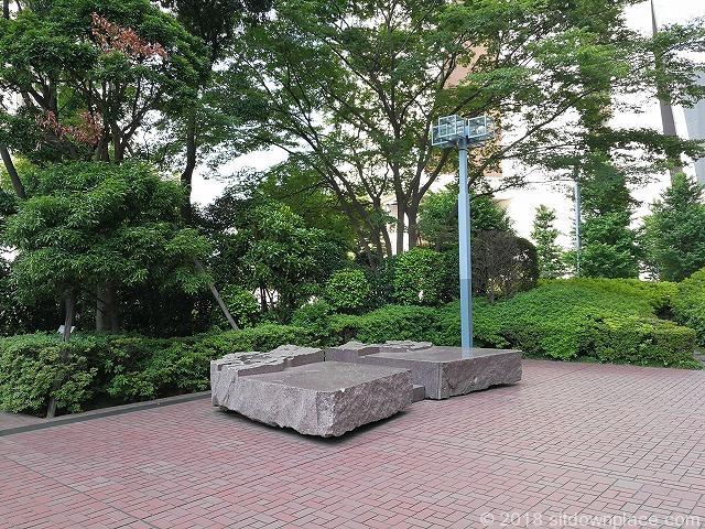 新宿センタービル横の石材ベンチ