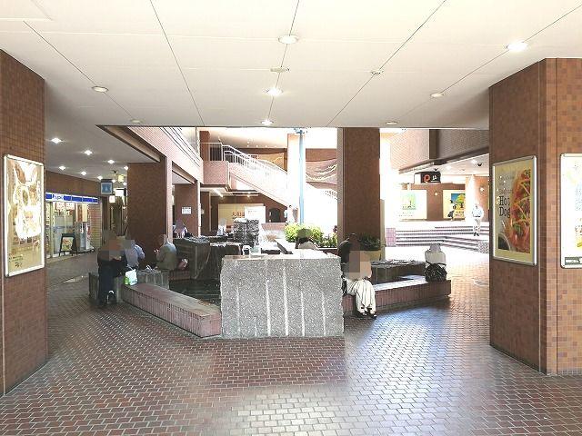 新宿センタービルB1Fの座れる休憩場所
