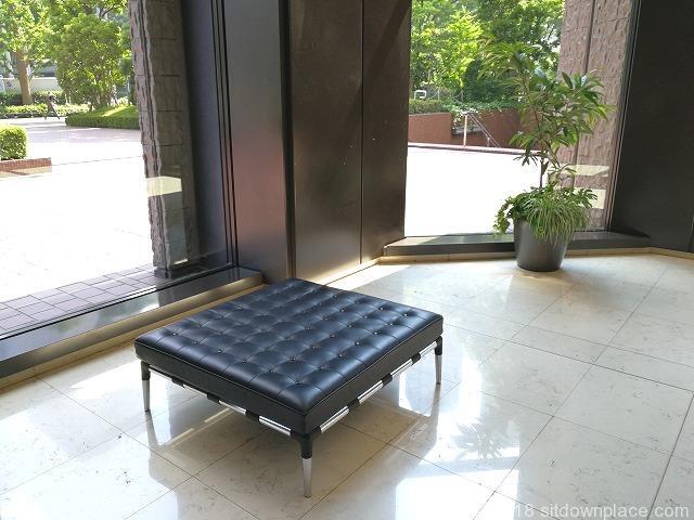 新宿センタービルオフィスロビーの平型ソファベンチ