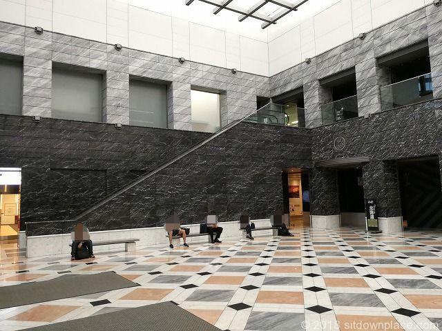 新宿アイランドタワー1Fエントランスの座れる休憩場所